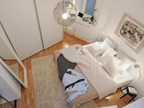Размещение кровати в маленькой спальне нестандартной площади