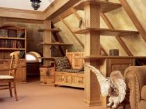 интерьер мансарды деревянного дома на фото