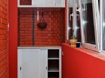 На балконе можно поставить тумбу и повесить небольшой шкафчик