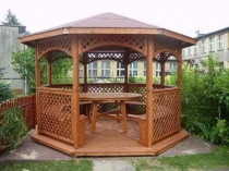 Круглый деревянный столик в беседке