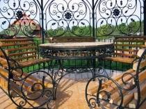 Кованая мебель в беседке загородного дома