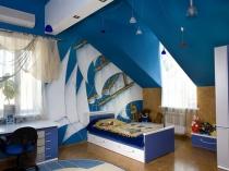 Детская мебель на мансарде в морском стиле