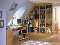 Книжные полки в кабинете на мансарде