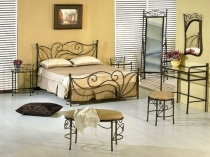 Изящная кованая мебель в интерьере спальни