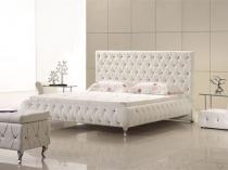 Белая кожаная мебель на изогнутых ножках в современной спальне