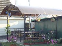 Железная беседка с крышей из поликарбоната