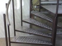 Крыльцо из металла с рифлеными ступенями