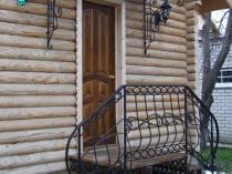 Кованое крыльцо со ступенями из дерева