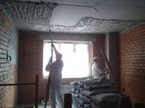 Механизированная штукатурка по бетону потолка комнаты