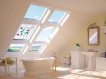 витражные мансардные окна в ванной