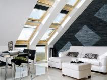 мансардные окна в черно-белой гостиной