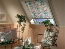 штора-плиссе с цветочным рисунком для окна на мансарде