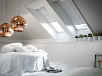 стильный интерьер спальни с мансардными окнами
