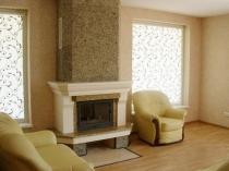 Мозаичная штукатурка с каменной крошкой в отделке гостиной с камином