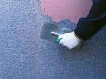 Процесс нанесения мозаичной штукатурки на подготовленную поверхность стены