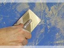 Нанесение желтой штукатурки поверх основного синего слоя