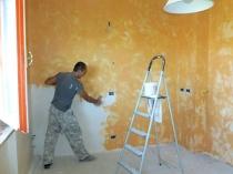 Процесс нанесения декоративной штукатурки на стены