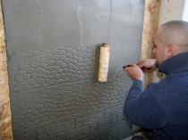 Имитация каменной кладки посредством нанесения узора рельефным валиком на штукатурку