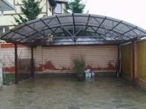 Навес с полукруглой поликарбонатной крышей для авто