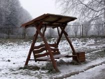 Деревянный навес над скамейкой на даче