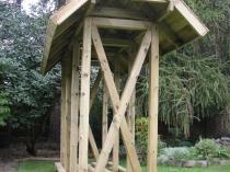 Деревянный дровник с двускатным навесом для дачи