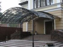 Полукруглый металлический навес с поликарбонатной крышей над крыльцом дома