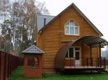 Полузакрытый поликарбонатный навес над крыльцом дома