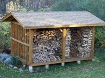 Деревянный навес для дров с двускатной крышей