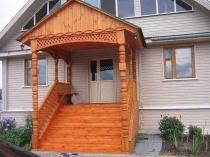 Резной навес для высокого деревянного крыльца