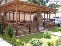 Декоративный навес из дерева под односкатной крышей для мангала