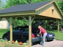 Навес из дерева под двускатной крышей для машин