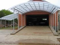 Установка для машины навеса из поликарбоната и металла перед гаражом