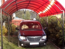 Установка на участке загородного дома навеса из цветного поликарбоната для машины