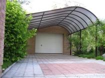 Навес с оригинальной поликарбонатной крышей для машины