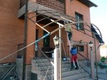 Строительство навеса из металла и поликарбоната над крыльцом дома