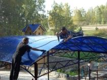 Монтаж цветного поликарбоната на крышу навеса