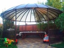 Круглый навес-беседка с крышей из поликарбоната