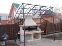 Ажурный кованый навес с крышей из поликарбоната