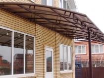 Монтаж на стойки и стену дома металлического навеса из трубы
