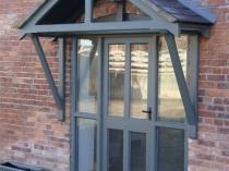 Двускатный навесной козырек над входной дверью