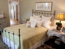 Грамотная расстановка мебели в малогабаритной спальне
