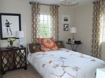 Легкая ажурная мебель в малогабаритной спальне