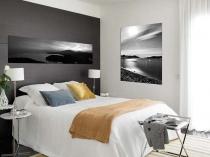 Черный цвет отделки узкой стены малогабаритной спальни