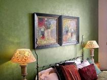 Отделка стен в спальне обоями под венецианскую штукатурку