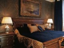 Темные дворцовые обои в классической спальне