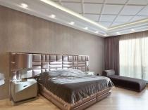 Светло-коричневые обои с неброским рисунком в спальне модерн