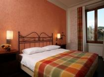 Текстурные жидкие обои в декорировании стен спальни