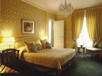 Богатые текстильные обои под цвет и текстуру покрывала в спальне