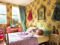Желтые с крупным цветочным рисунком обои для спальни прованс