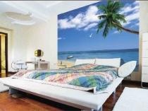 Светлая спальня с фотообоями морской тематики на стене